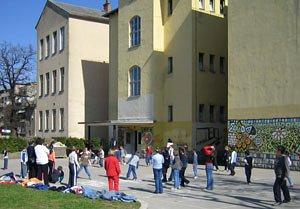 Djeca ispred Osnovne škole Ivane Brlić Mažuranić