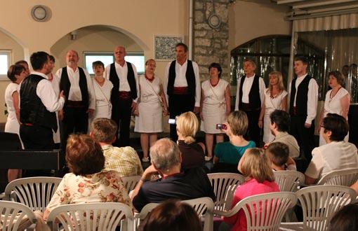 Prvi  komin Snježanin održao je koncert s domaćim vokalnim ansamblom KUD-a  Klek