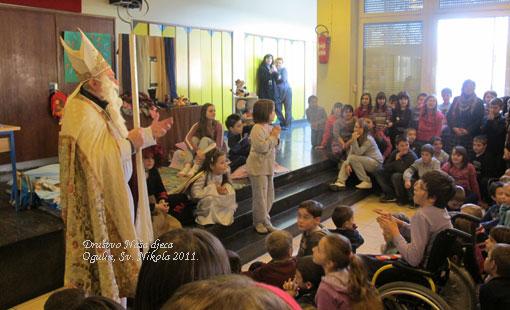 Sv. Nikola darivao djecu ogulinskih osnovnih skola i male pacijente Opce bolnice Ogulin